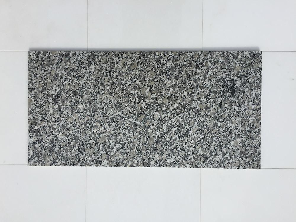 Bianco Sardo Fényes Gránit Nagy mennyiségben elérhető  61×30,5×1 cm Azonnal Elérhető