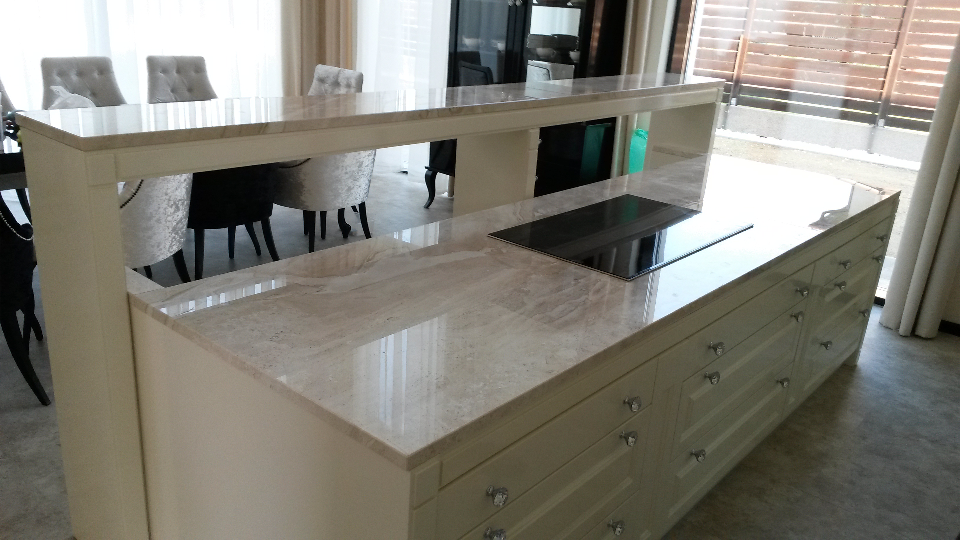 Breccia Sarda mészkő átadópult és konyhapult x3cm vastagság, teljes oldali megmunkálással, fényes felülettel