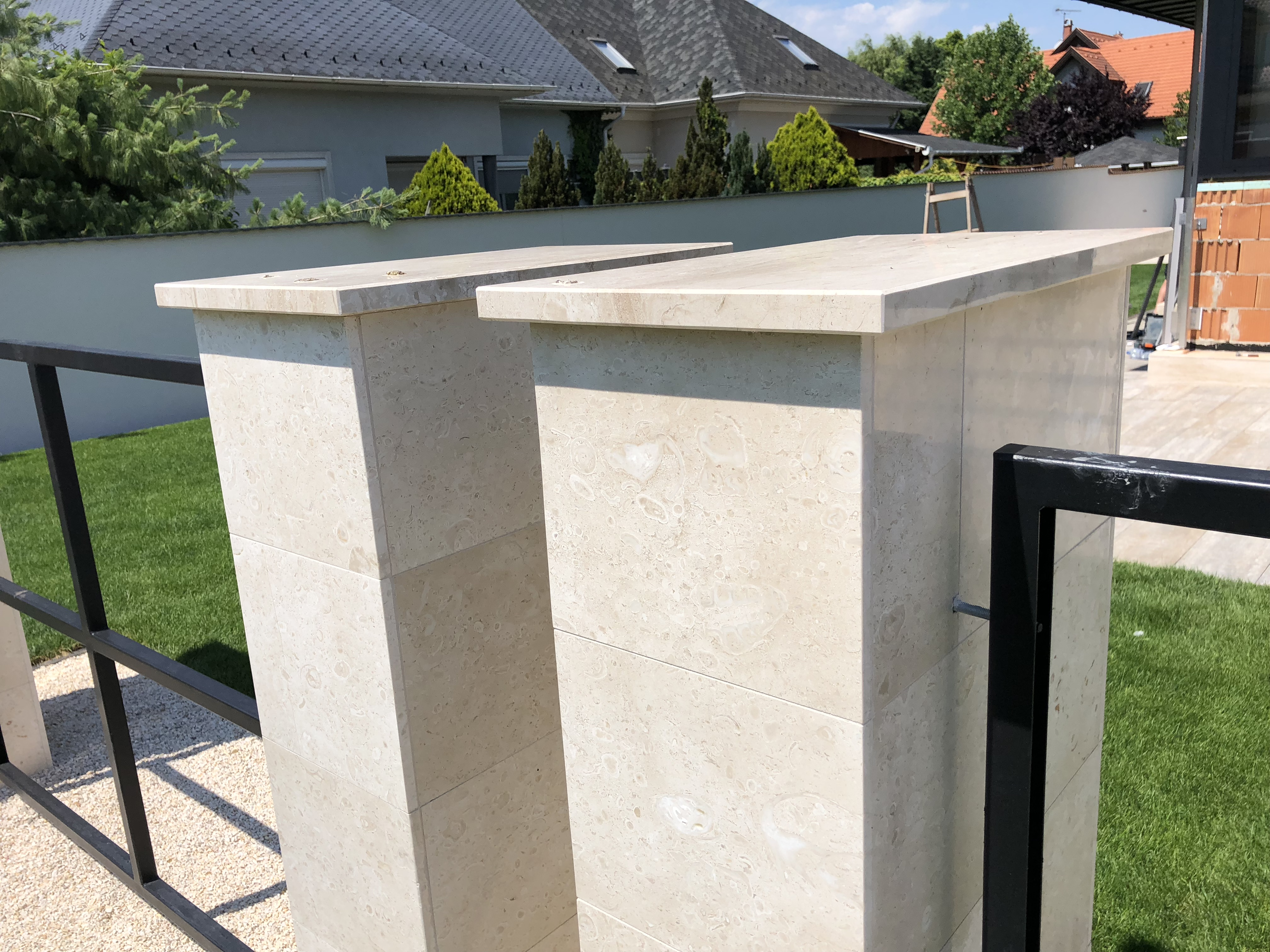 Kerítés fedlap Breccia Sarda mészkő anyagból, az oldaburkolat is a fedlap anyagából készült, kerítés fedlap vastagsága 3cm, minden oldala teljesen megmunkálva, vízorral ellátva