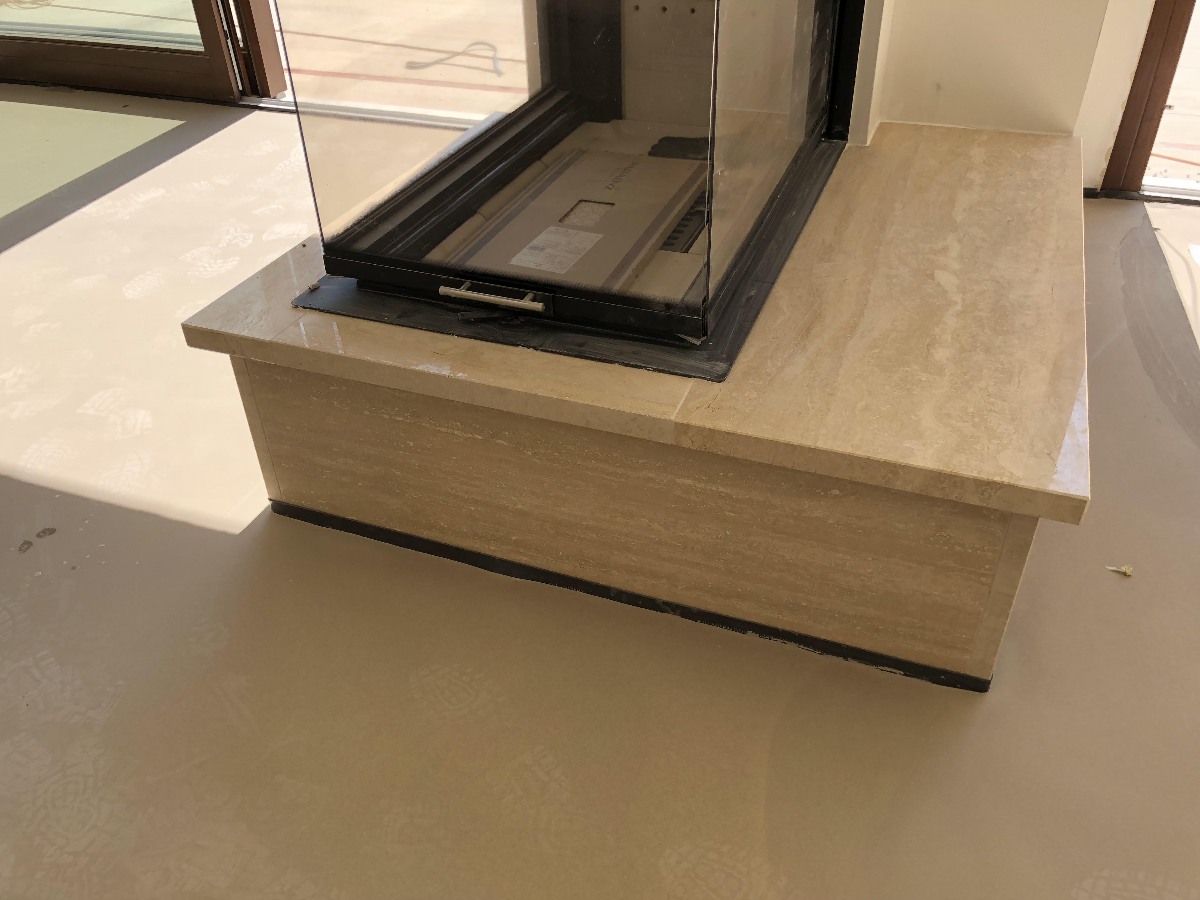 Travertin kandalló fedkő és homloklap x3cm vastagság, élmegmunkálás, teljes hossz oldali megmunkálás, fényes felülettel