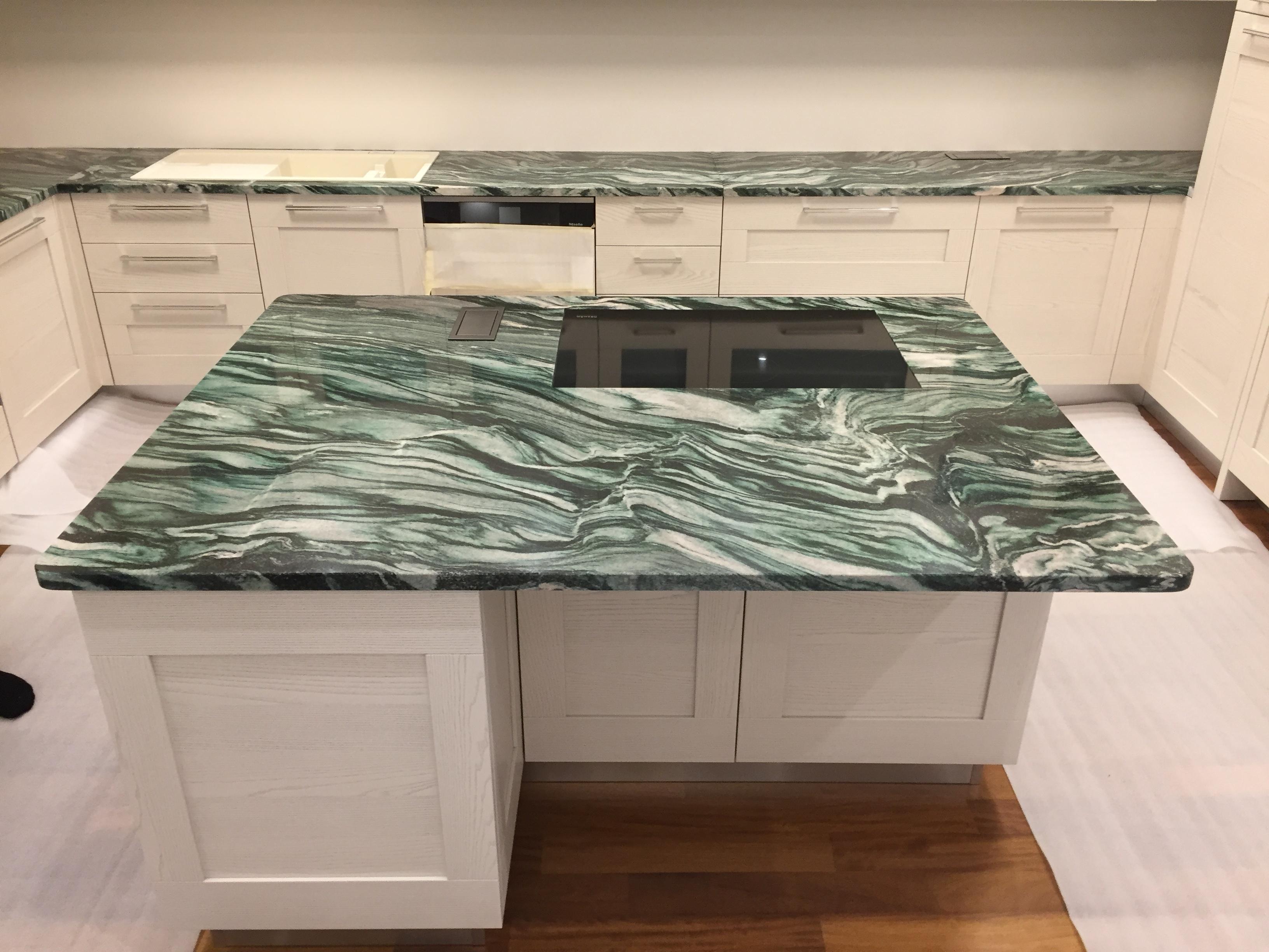 Verde Lapponia Gránit x3cm konyhasziget fényes felülettel, egysíkba süllyeszthetős sütőlappal és konektorral!