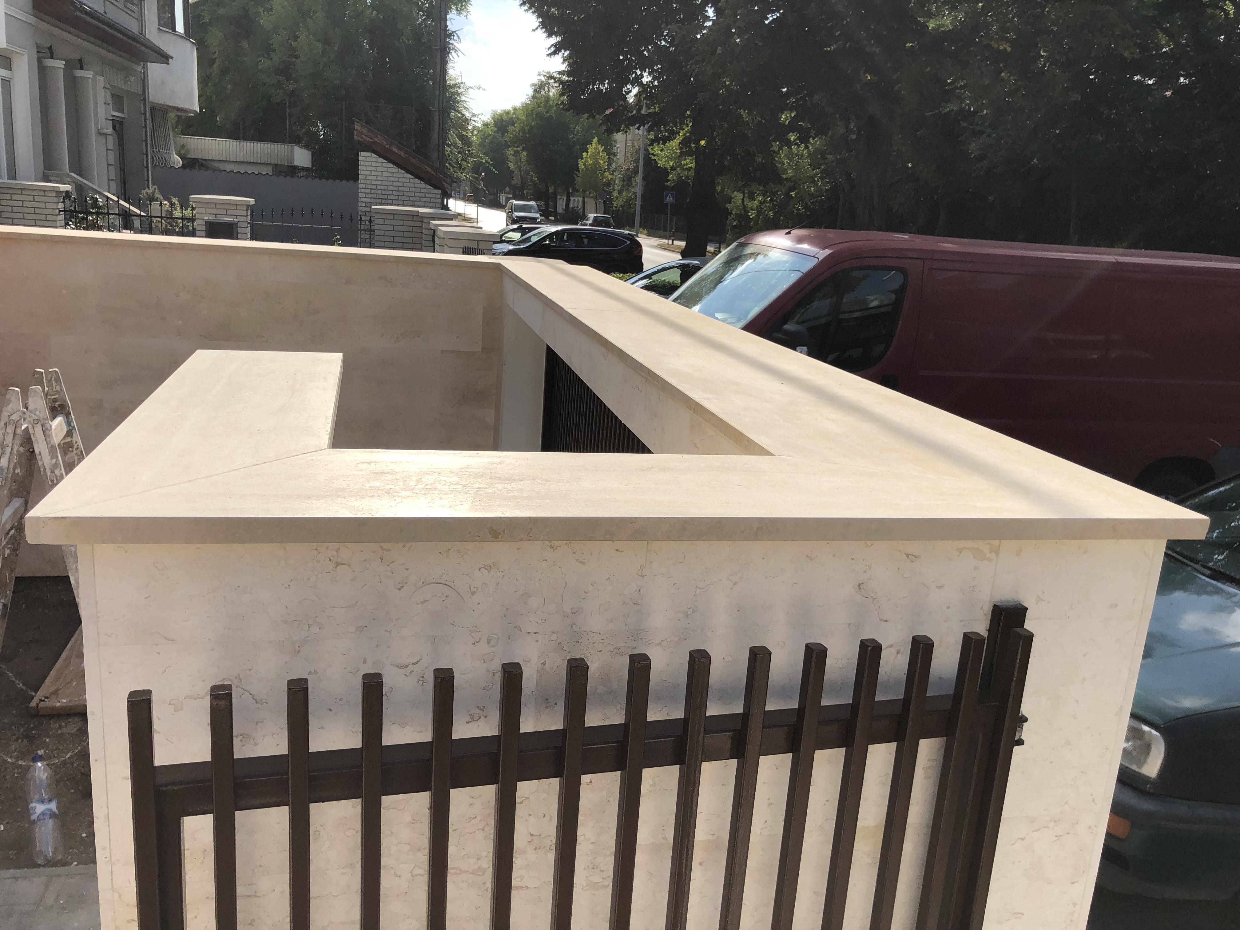 Travertin fedlap kerítésre x3cm vastagság minden oldal megmunálva, vízorral ellátva, selyemfényű felülettel