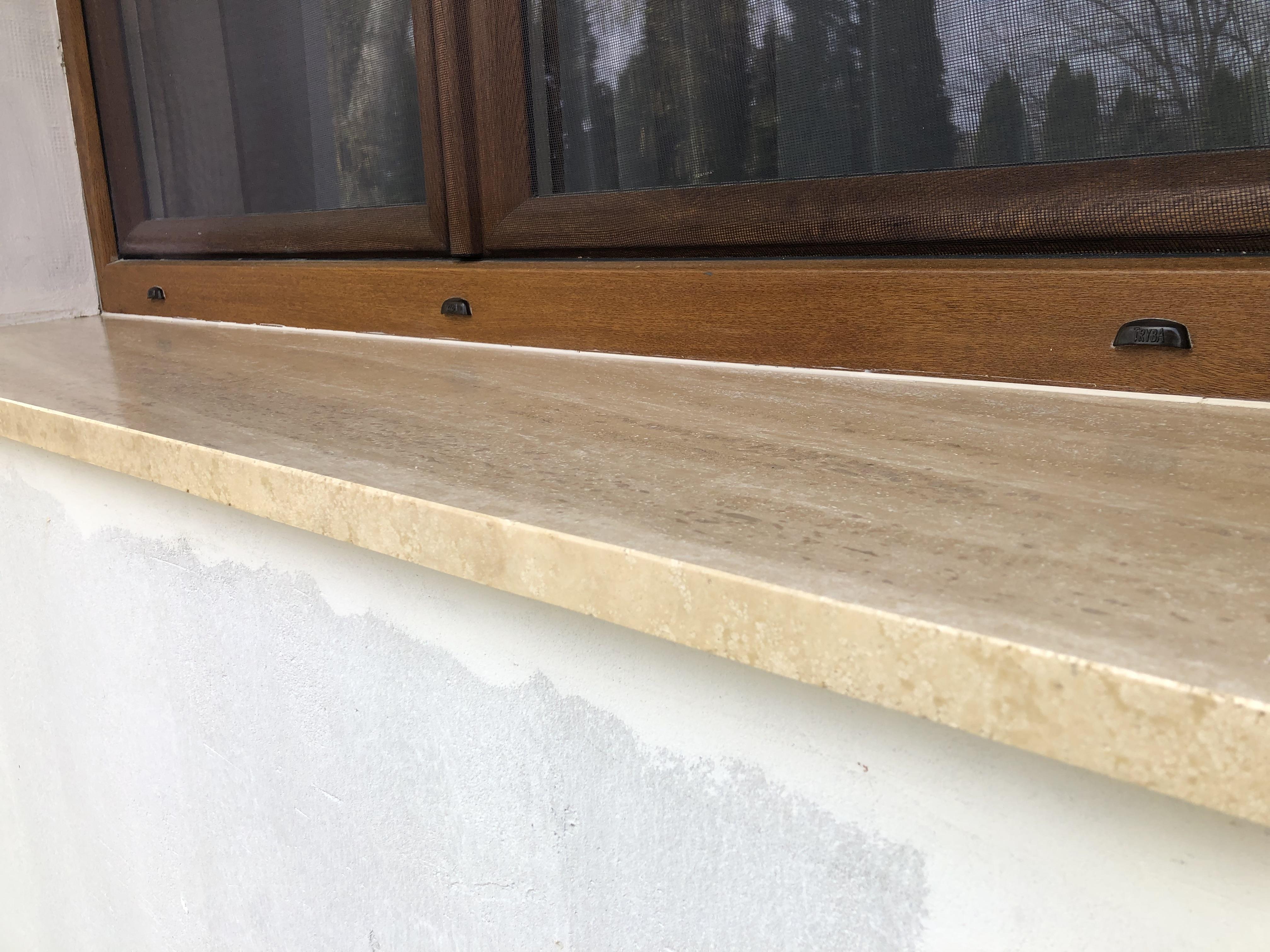 Travertin ablakpárkány felületkonzerválással, x3cm vastagságban, selyemfényű felülettel, teljes megmunkálással, vízorral!