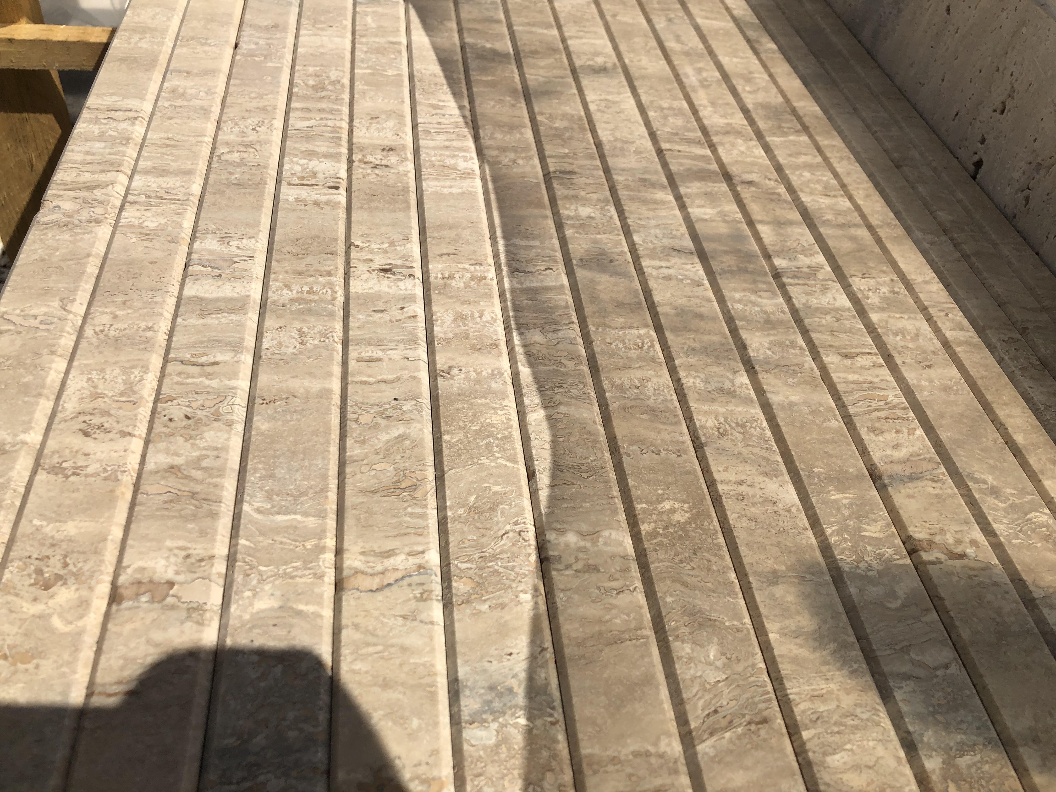3cm vastagságú Travertin selyemfényű felülettel, oldal és élmegmunkálással, igény esetén vízorbevágással Méretre vágással Készleten!