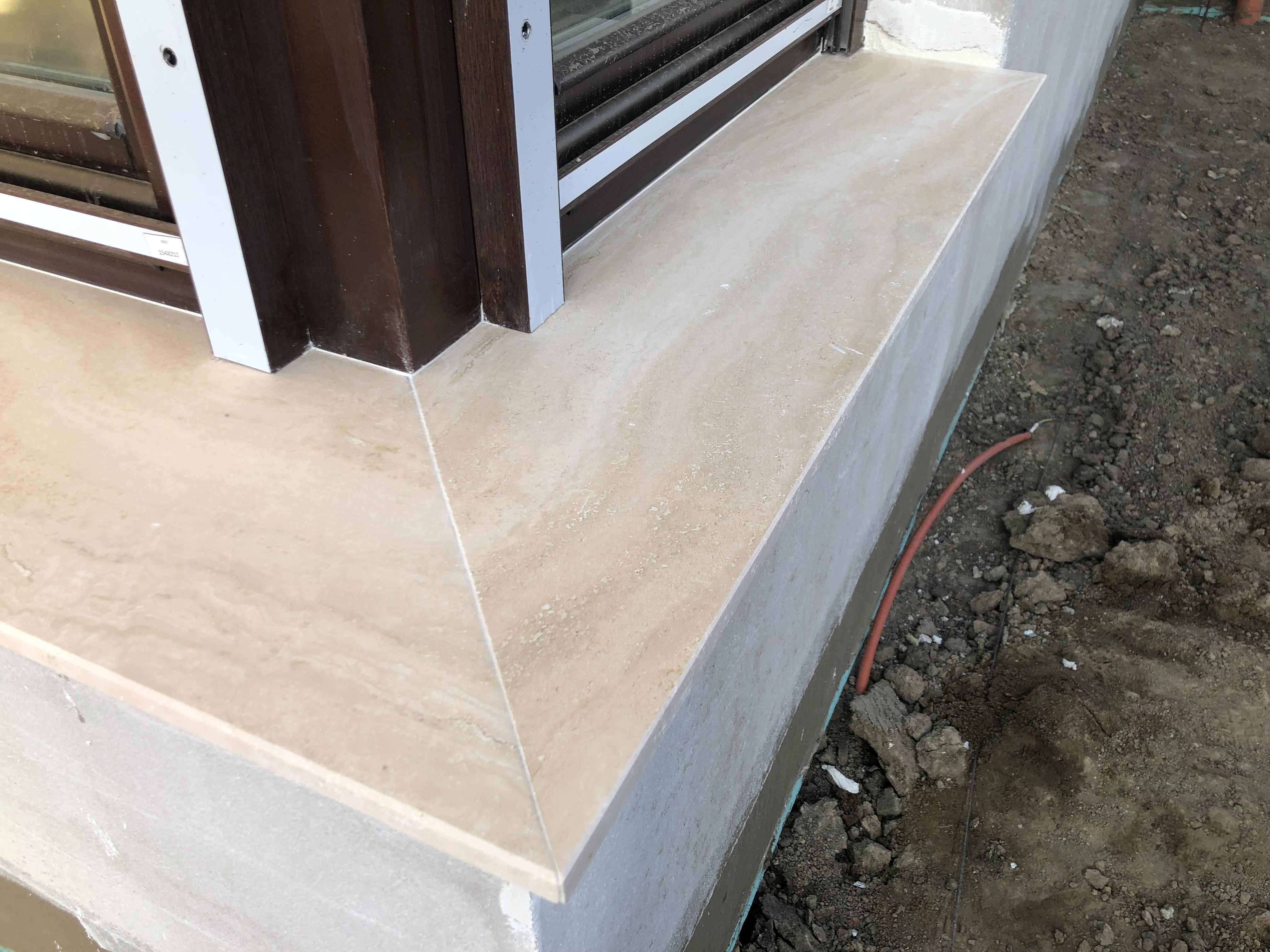 Travertin 2cm vastagságú ablakpárkány